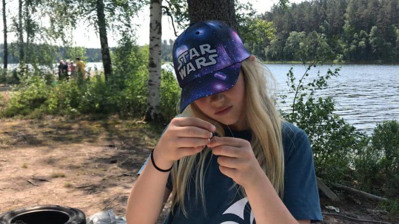 Tillverkning av primitiva fiskeredskap på Grönebo Survive - Kisa scoutkårs sommarläger 2019