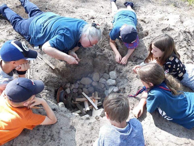 Scouterna inspekterar kokgropen på Grönebo Survive - Kisa scoutkårs sommarläger 2019