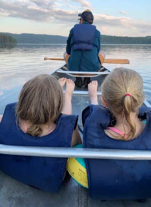 Mysig paddelstund i kvällssolen på Grönebo Survive - Kisa scoutkårs sommarläger 2019