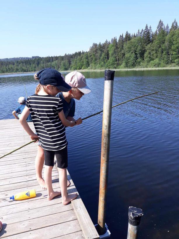 Scouter fiskar på Grönebo Survive - Kisa scoutkårs sommarläger 2019