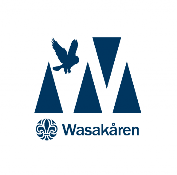 Wasakåren logotyp scoutblå medtext 2000x825