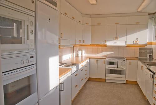 Köket: Stort kök med 2 spisar, diskmaskin, kyl och frys, 3 ugnar, 1 micro, dubbelkaffebryggare mm.