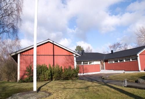 Utsidan: Innergård med möjlighet att ha aktiviteter utomhus. Närhet till allmäna kommunikationer, Ruddalens motionscentral mm.