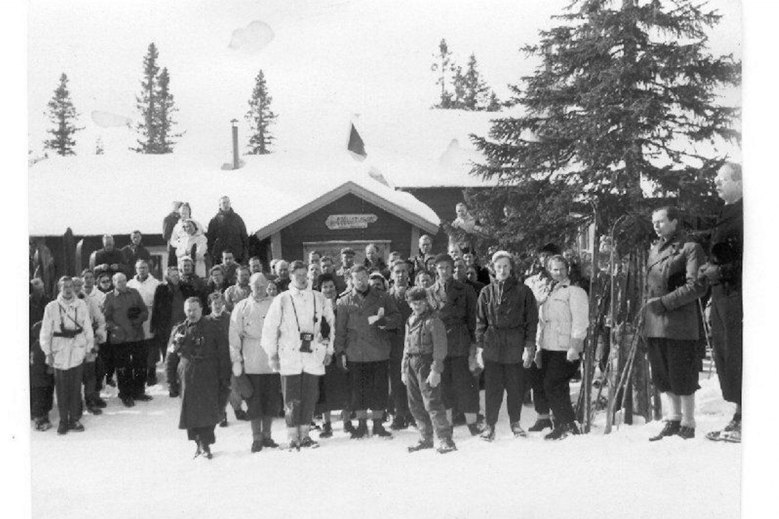 Bilden till höger är tagen vid invignings tillfället 1952.