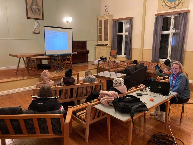 Upptäckare och äventyrare med ordförande och äventyrarledarna Gustav och Evelina på Floget